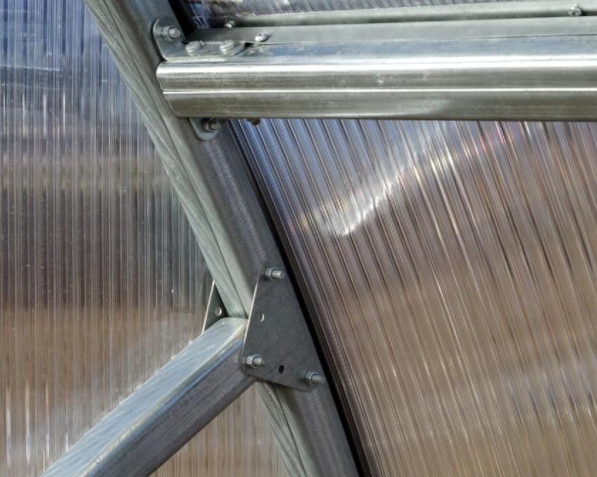 При сборке конструкции парника стоит уделить особое внимание креплениям и герметичности корпуса