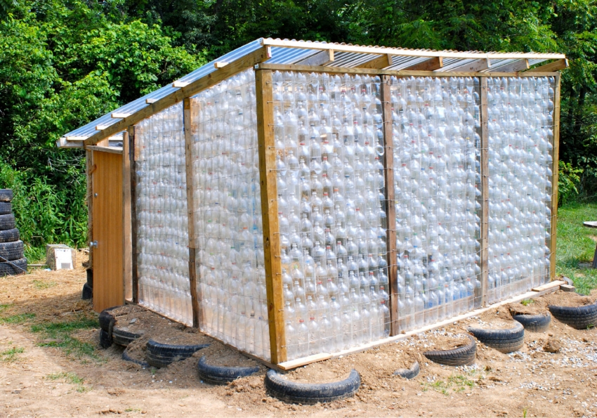 Пример сложной конструкции парника, созданного из пластиковых бутылок и деревянного каркаса