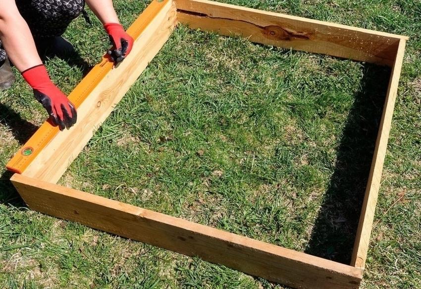 Для небольших парников из поликарбоната нет необходимости делать бетонный или кирпичный фундамент, для этой цели можно использовать деревянные доски