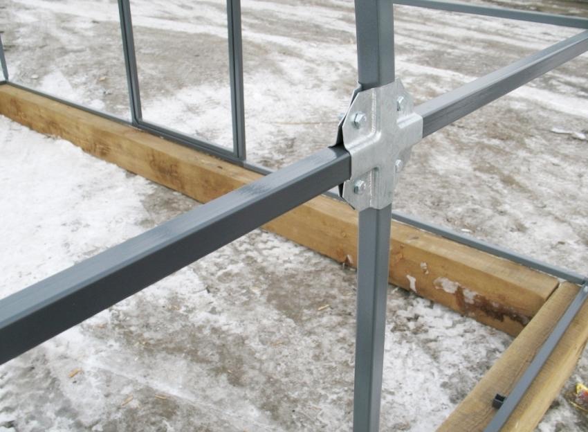 Для конструкции парника из профильной трубы подойдет фундамент из обработанного деревянного бруса