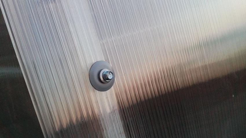Для надежного крепления поликарбоната к каркасу используются специальные термошайбы, которые не позволяют влаге попадать внутрь материала