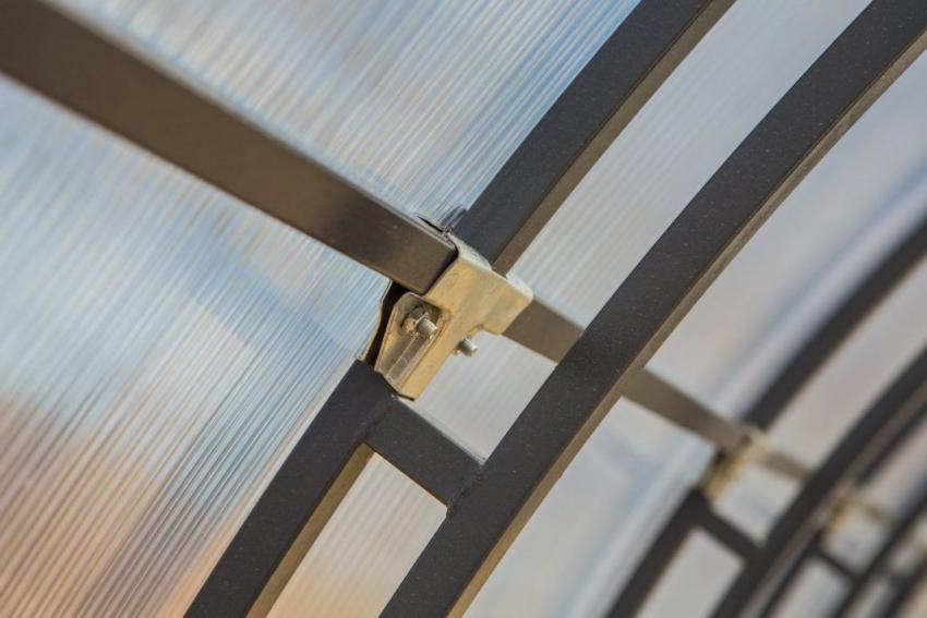 Для крепления листов поликарбоната к металлическому каркасу лучше использовать стальные уголки, которые не позволят конструкции расшатываться и деформироваться