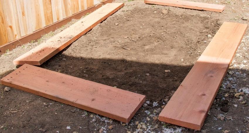 Перед началом строительства парника, необходимо подготовить ровный и прочный фундамент
