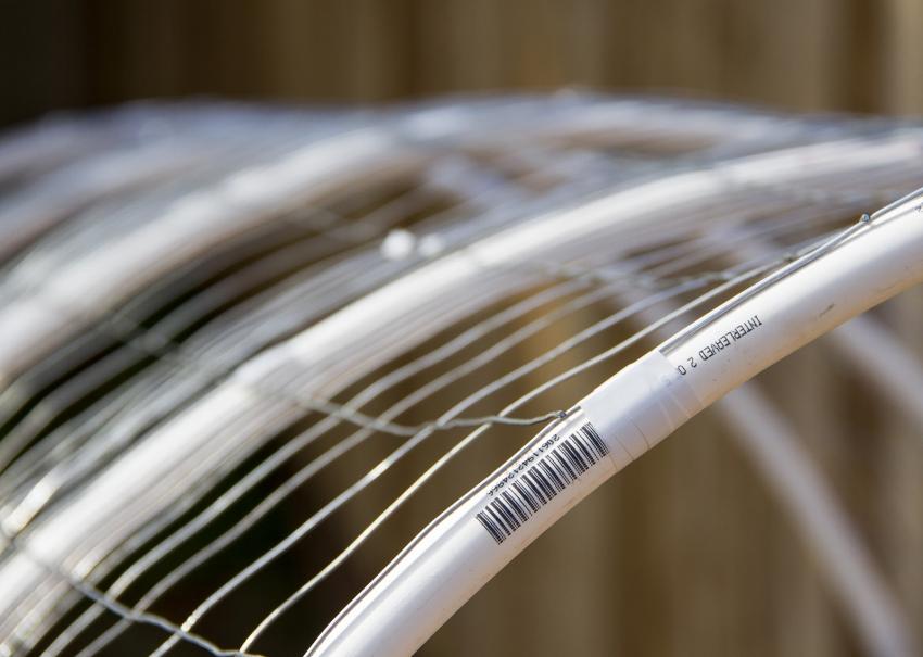 Для того чтобы парник имел необходимую жесткость и не терял форму при внешнем воздействии ветра, стоит использовать качественные трубы с прослойкой из алюминия