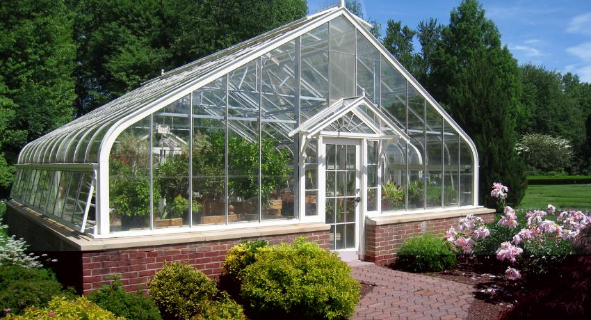 Сложные конструкции из стекла и профиля можно возвести самостоятельно, но требуют определенных знаний в строительстве фундамента и опорных конструкций