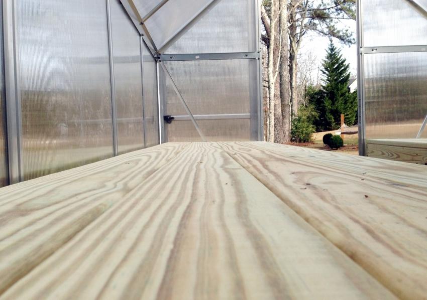 Для удобства, в теплице можно соорудить широкие полки из дерева, которые будут удобны для выращивания рассады