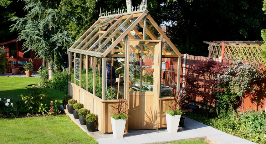 Для того, чтобы деревянная теплица с двускатной крышей служила долго, следует позаботится об установке отливов для отвода атмосферных осадков