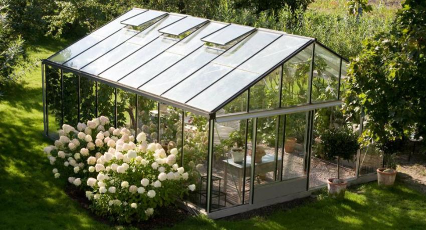 Большие стеклянные теплицы сложно переместить в случае необходимости, поэтому перед строительством следует уделить особое внимание выбору места