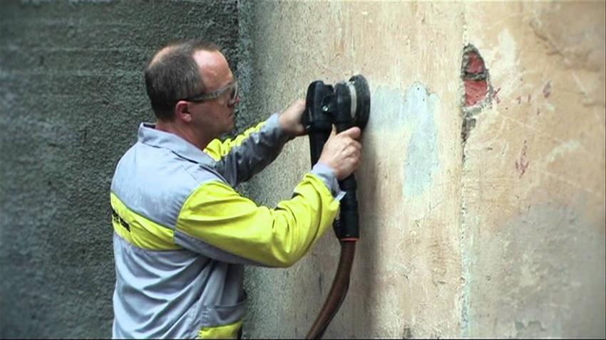 Стены необходимо подготовить к покраске: удалить старое покрытие, отшлифовать и нанести грунт