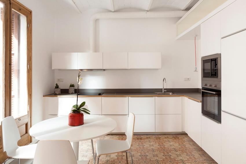 Пластиковый воздуховод на кухне позволяет установить вытяжку в любом месте помещения