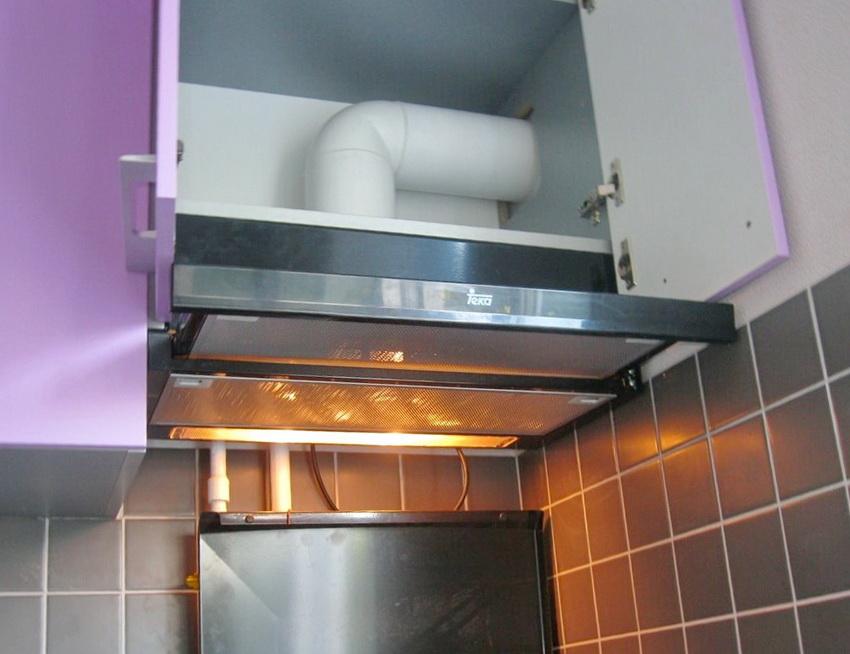 Пластиковый воздуховод смонтированный внутри кухонного шкафчика
