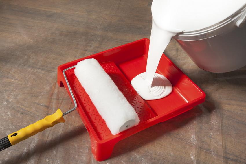 Валик с лотком наиболее удобны в применении для покраски стен