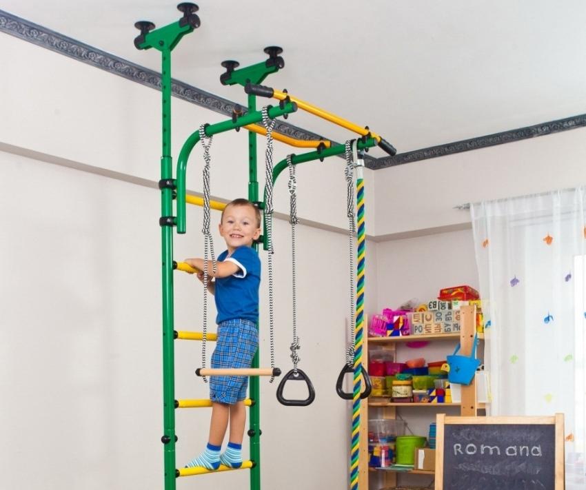 Не стоит использовать взрослую шведскую стенку для занятий спортом с ребенком, поскольку она имеет другие показатели толщины перекладин, расстояния между ними и т. д., что скажется на удобстве выполнения упражнений