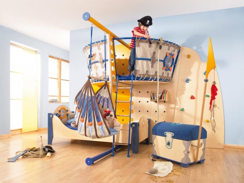 Детский спортивный комплекс может быть непохож на традиционную шведскую стенку, но представлять собой спортивный уголок, совмещенный с интересной игровой зоной