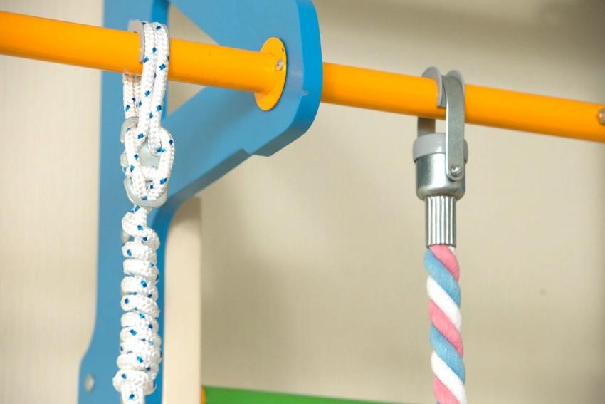 Пример надежного комбинирования материалов при изготовлении шведской стенки, что позволяет развивать тактильное восприятие маленьких детей