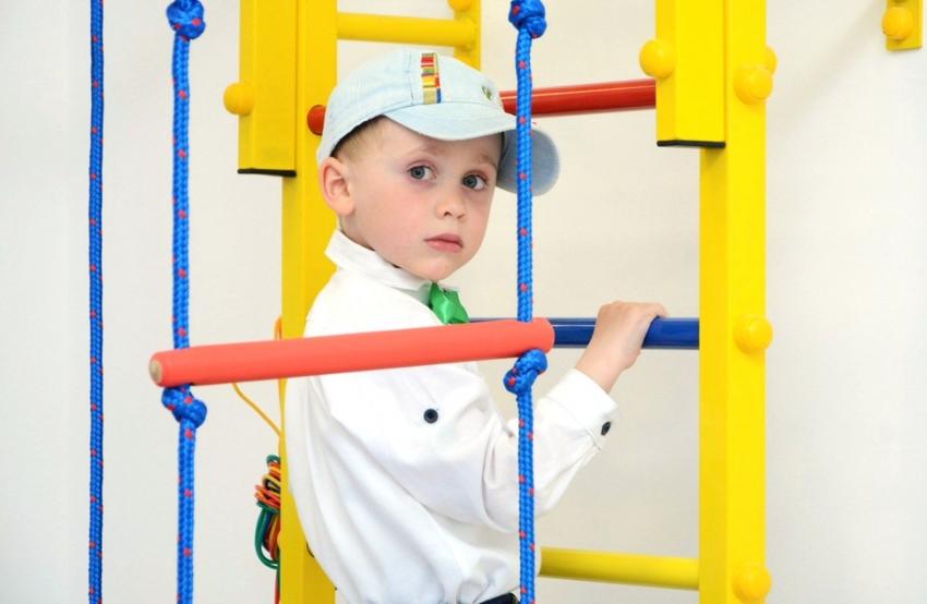 Занятия спортом ребенка на шведской стенке должно происходить только при поддержке и присутствии взрослого