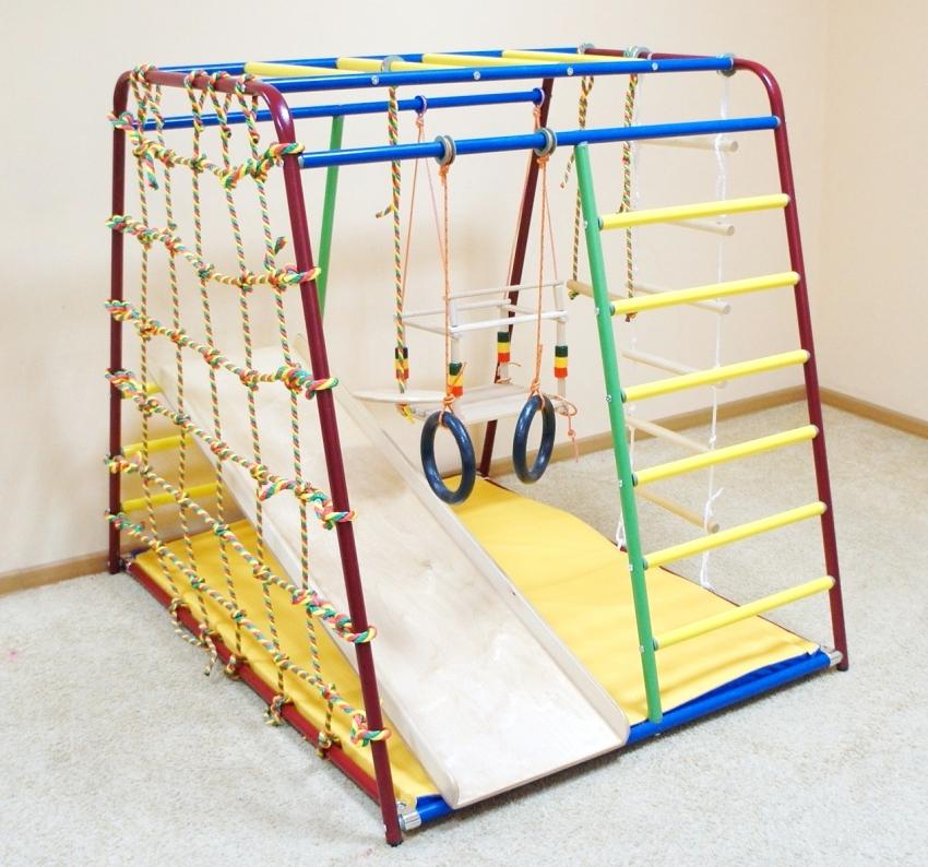 Металлический детский спортивный комплекс Вертикаль рассчитан на маленьких детей до 3 лет и не требует крепления к стене и полу
