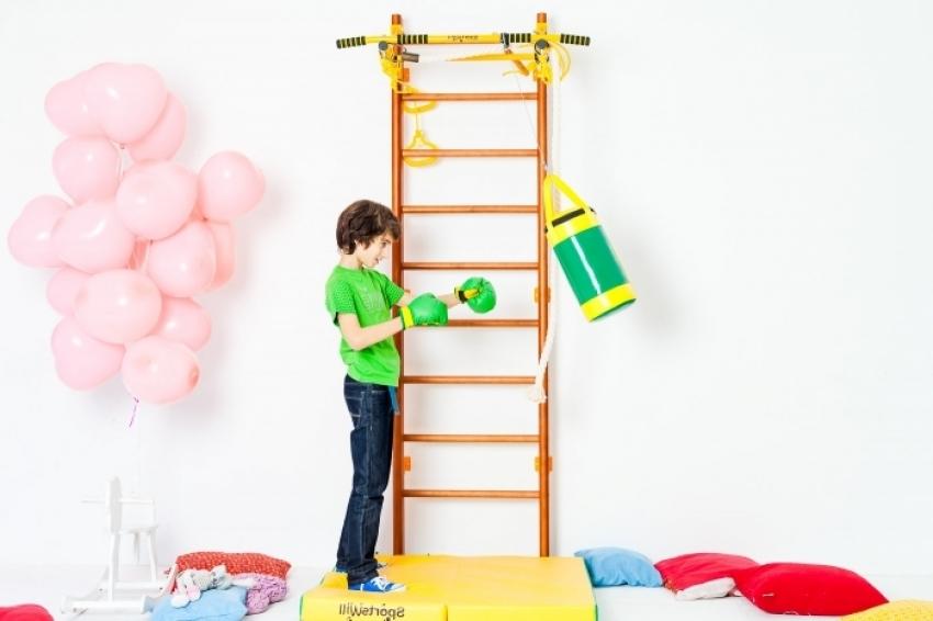 Т – образная конструкция шведской стенки крепится к несущей стене в квартире и выдерживает вес до 150 кг