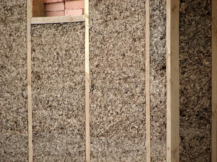 Утеплить баню изнутри можно с помощью таких недорогих материалов, как цемент и опилки, смешав их в правильной пропорции