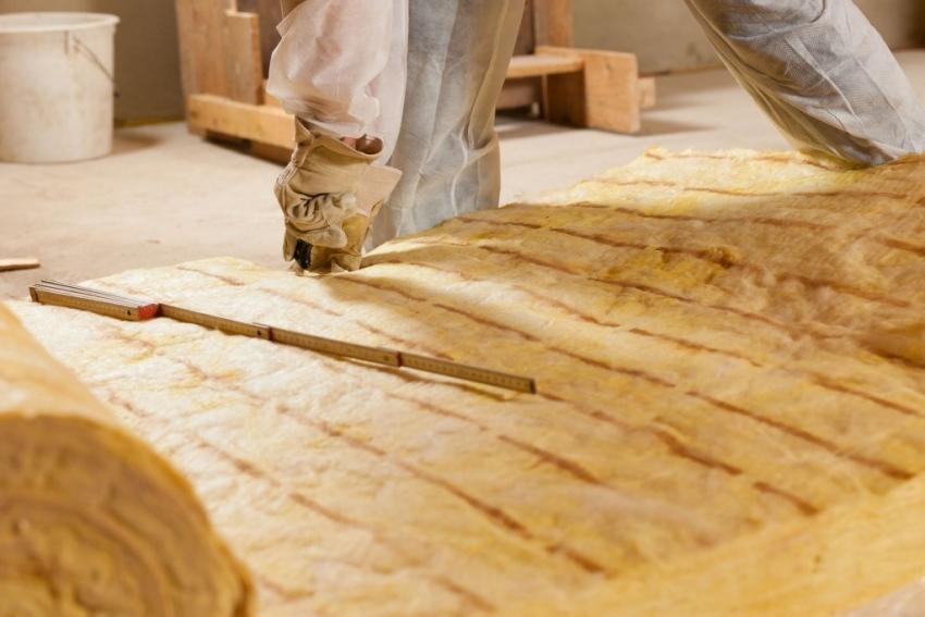 Настильный потолок удобен в эксплуатации, в частности, в плане утепления. При необходимости, слои изоляторов можно заменить без особых усилий