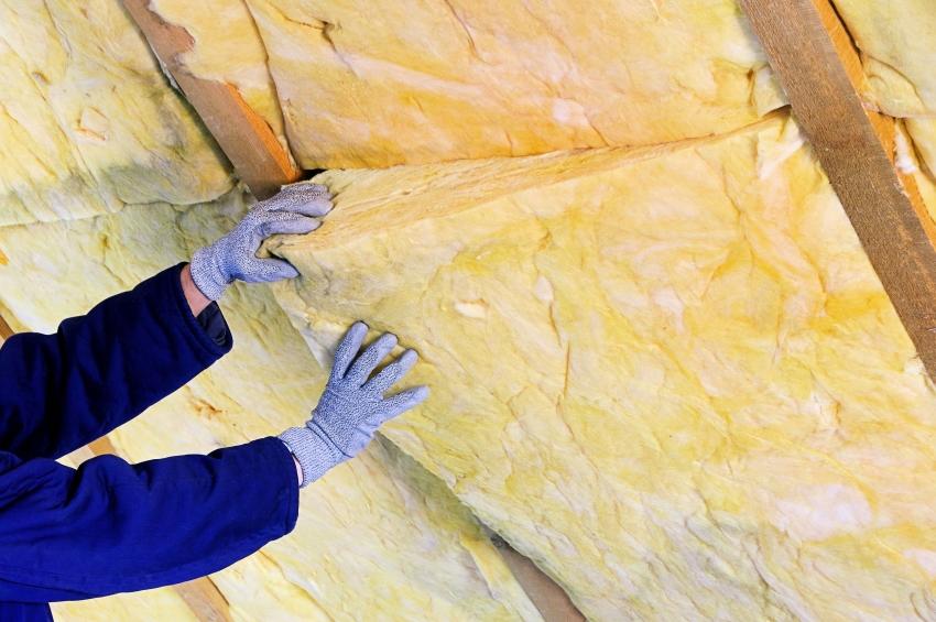 Прежде чем укладывать теплоизоляционный слой стоит позаботиться о надежной пароизоляции крыши бани