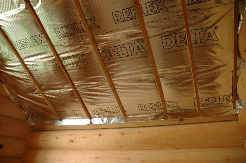 Финальным слоем изоляции потолка бани является монтаж пароизоляционной пленки, с которой работать нужно довольно аккуратно