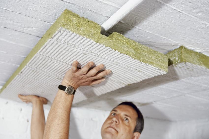 Перед укладкой слоев изоляции и утеплителя, деревянный потолок рекомендуется обработать специальными средствами, чтобы исключить возможность развития вредоносных бактерий и грибков