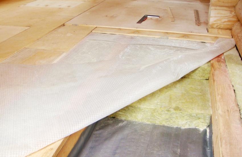 Гидроизоляционная мембрана защищает нижние слои от влаги и обязательно должна укладываться внахлест