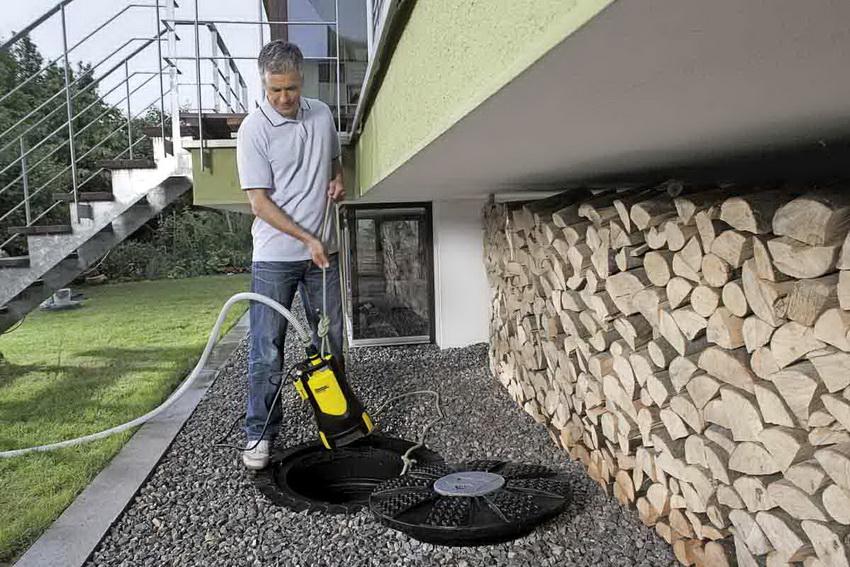 Очищение канализации с помощью погружного насоса