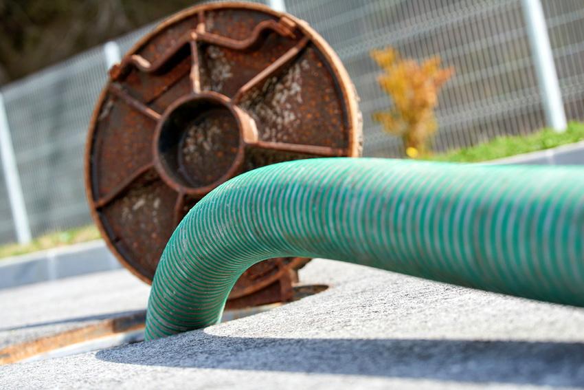 Для того чтобы откачать сточные воды из канализации лучше воспользоваться услугами ассенизаторов