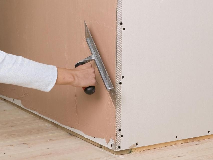 При нанесении штукатурки, стоит обратить особое внимание углам, используя специальные уголки и армирующую сетку