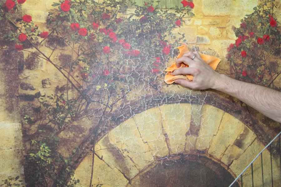 Самоклеющаяся фреска состоит из довольно тонкого материала, поэтому необходимо монтировать ее довольно аккуратно