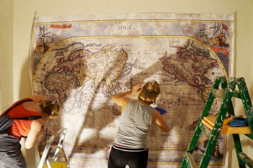 При монтаже фрески на стену необходимо следить за тем, чтобы в комнате не было сквозняков