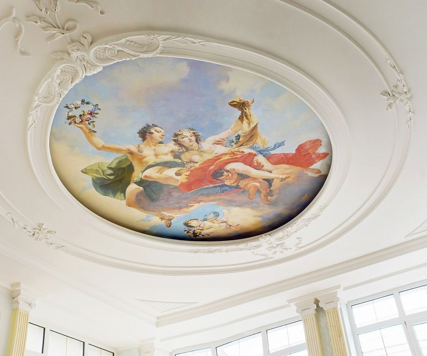Фрески можно использовать для украшения не только стен, но и потолка