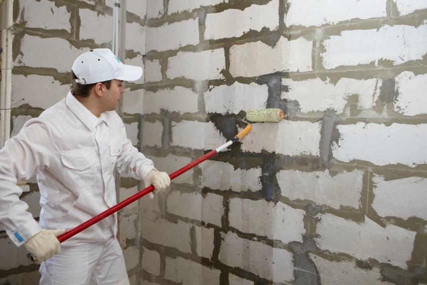 Перед нанесением штукатурки на кирпичную стену ее необходимо загрунтовать