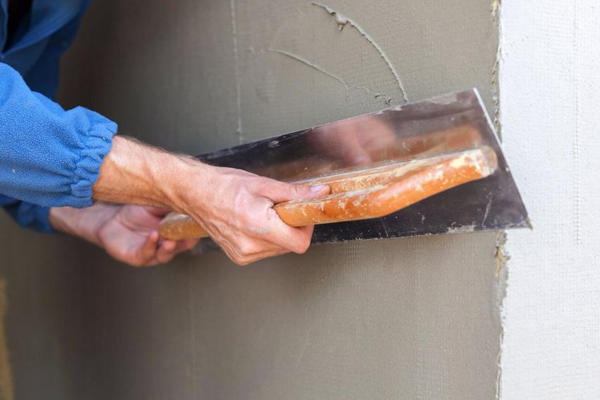 Поначалу процесс штукатурки стен может показаться сложным, но с практикой техника улучшается