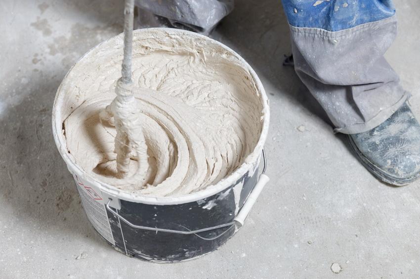 Готовая штукатурная смесь должна быть пластичной и легко ложиться на поверхность