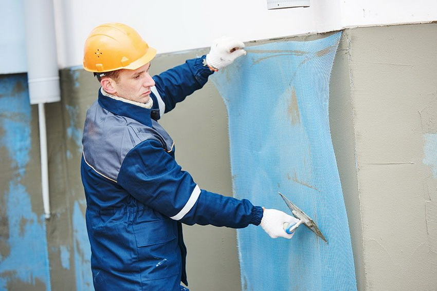 Специальная сетка между стеной и слоем штукатурки обеспечивает наилучшее сцепление смеси с поверхностью стены