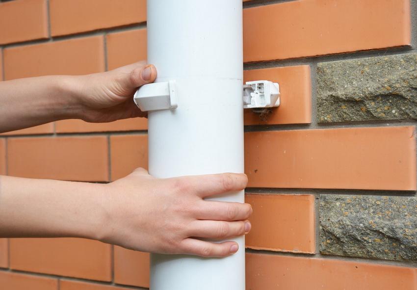 Фиксация труб водостока на стене - важная часть, которой стоит уделить достаточно внимания