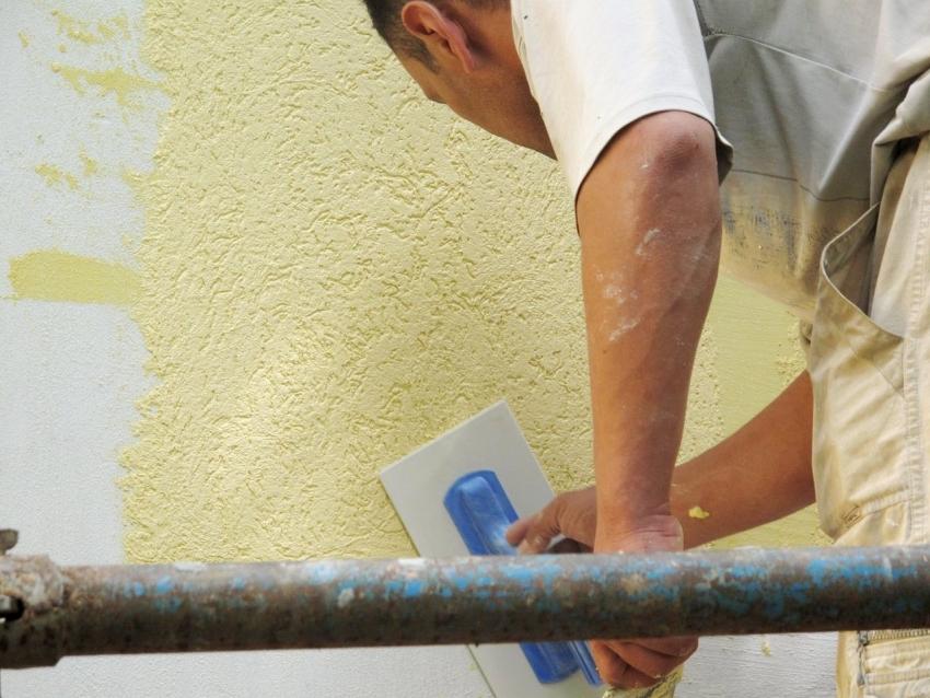 В случае, если нет необходимых навыков нанесения штукатурки, нанесение «короеда» лучше доверить специалистам