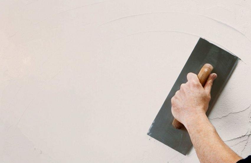 Для того чтобы подготовить поверхность для «короеда», необходимо нанести базовый слой штукатурки и дать ему просохнуть