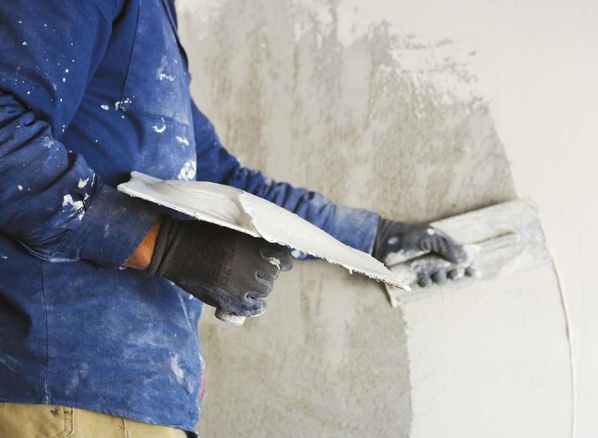 Перед нанесением штукатурки, стену необходимо качественно прогрунтовать