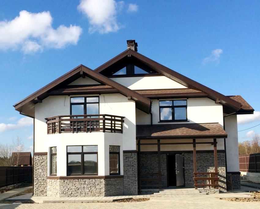 Декоративную штукатурку применяют для отделки зданий в любом стиле - от хай-тек до деревенского