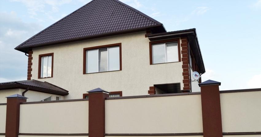 Для покрытия наружных стен здания используются специальные составы штукатурки «короед», которые обладают повышенной стойкостью к атмосферным явлениям и механическим нагрузкам