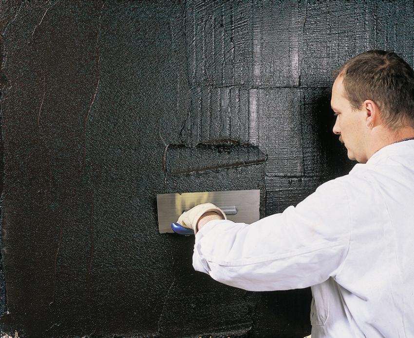 Для получения насыщенного цвета штукатурки «короед», необходимо либо покрасить поверхность после отделки, либо приобрести готовую, уже с добавлением колера, смесь