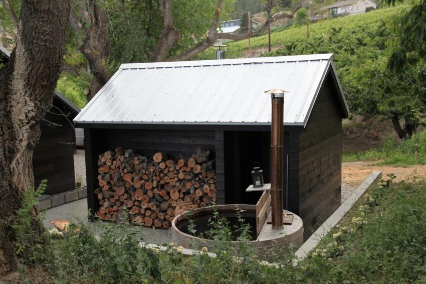 Для удобства использования бани, на этапе строительства стоит продумать место для хранения дров