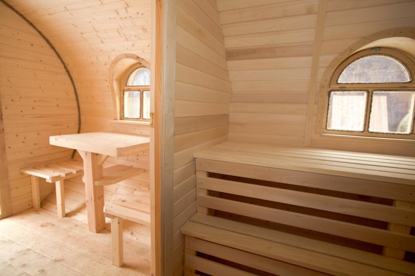 Даже в небольших банях стоит предусмотреть зону отдыха, отделенную от парной
