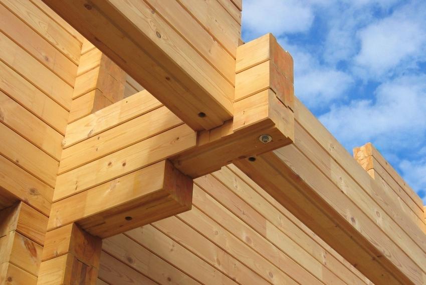При возведении бани из древесины стоит выбирать только качественные краски для дерева для наружных работ, чтобы продлить срок эксплуатации постройки и защитить материал от негативных механических и атмосферных влияний