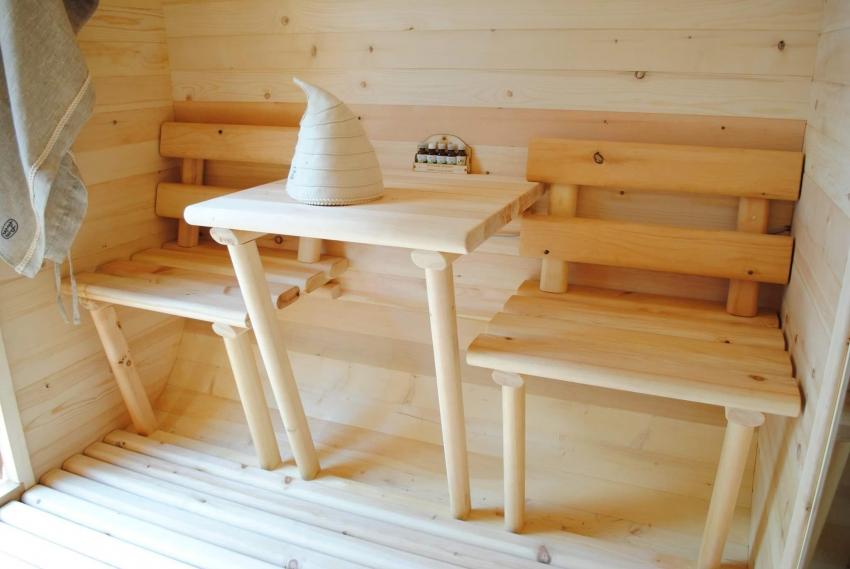 Мебель для бани можно также сделать своими руками из дерева или же использовать старую, предварительно сняв слой лака или краски и скрыв все металлические детали