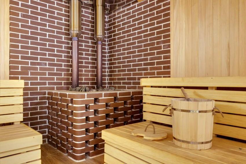 Пример удачного сочетания клинкерной плитки и натурального дерева при обустройстве бани